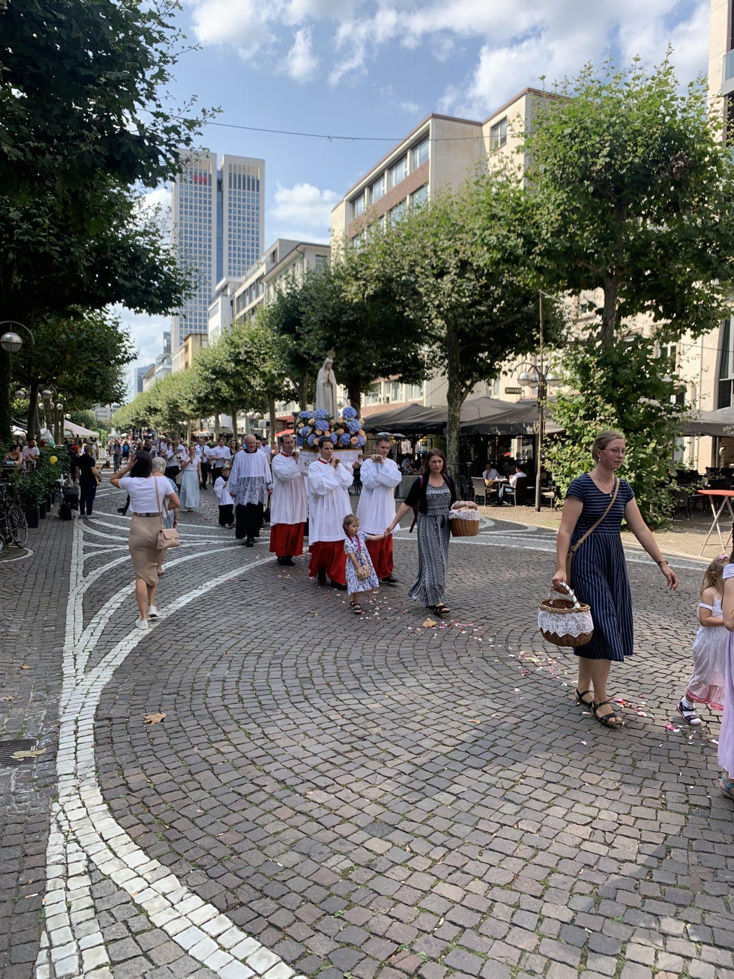 Gläubige bei Prozession