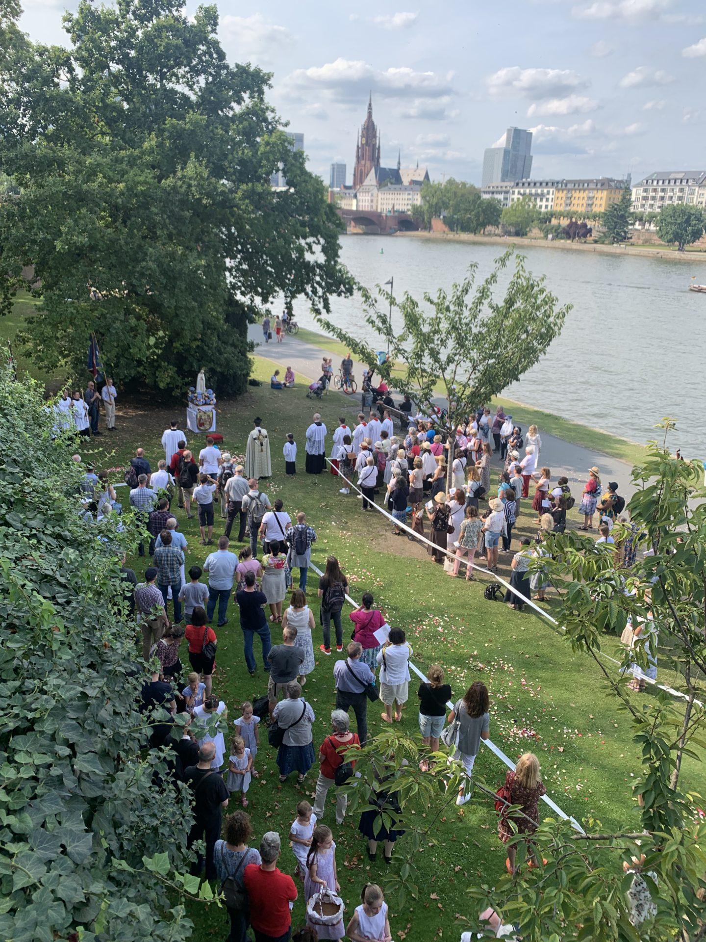 Menschen bei Prozession