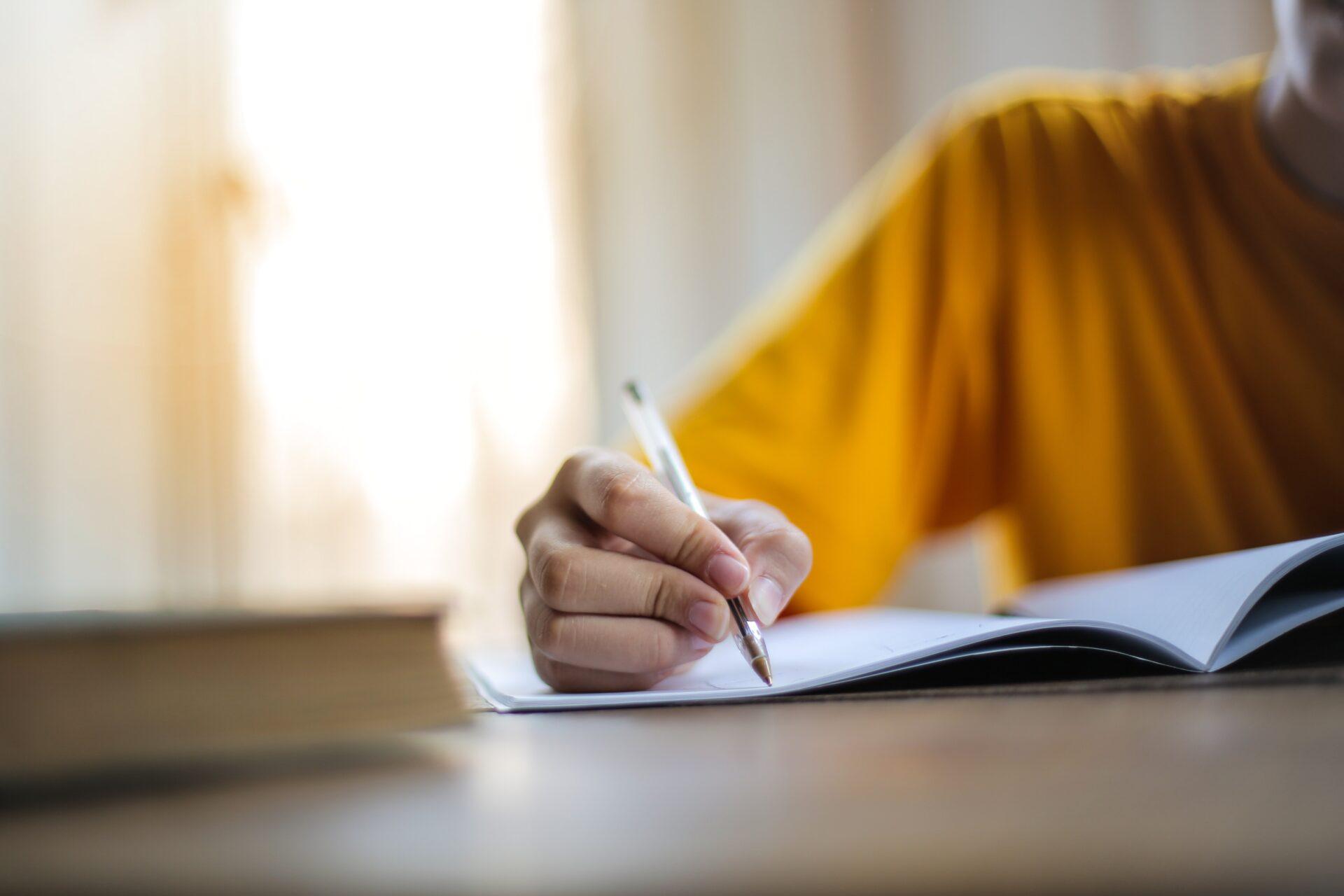 Der Gerade Weg (DGW): Hand schreibt auf Papier