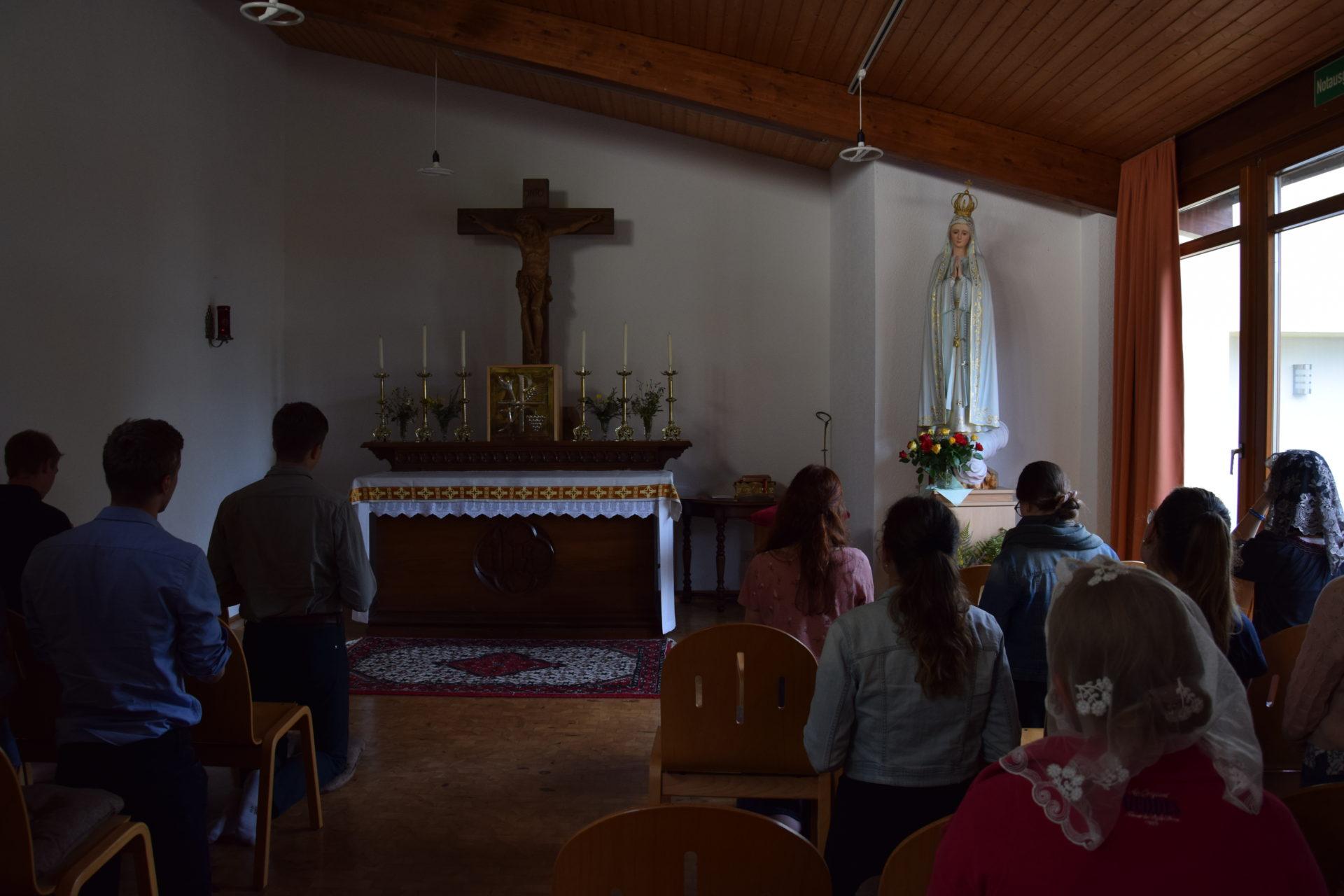 Personen beim Gebet
