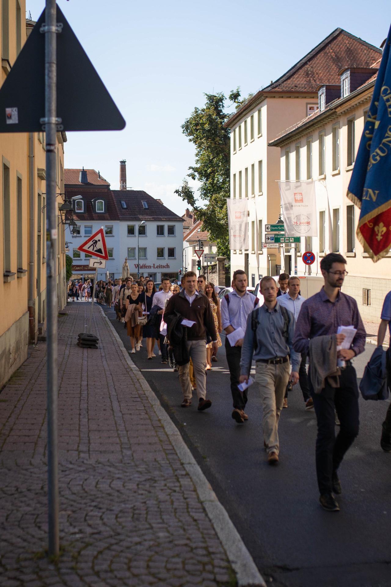 Jugendliche bei Prozession
