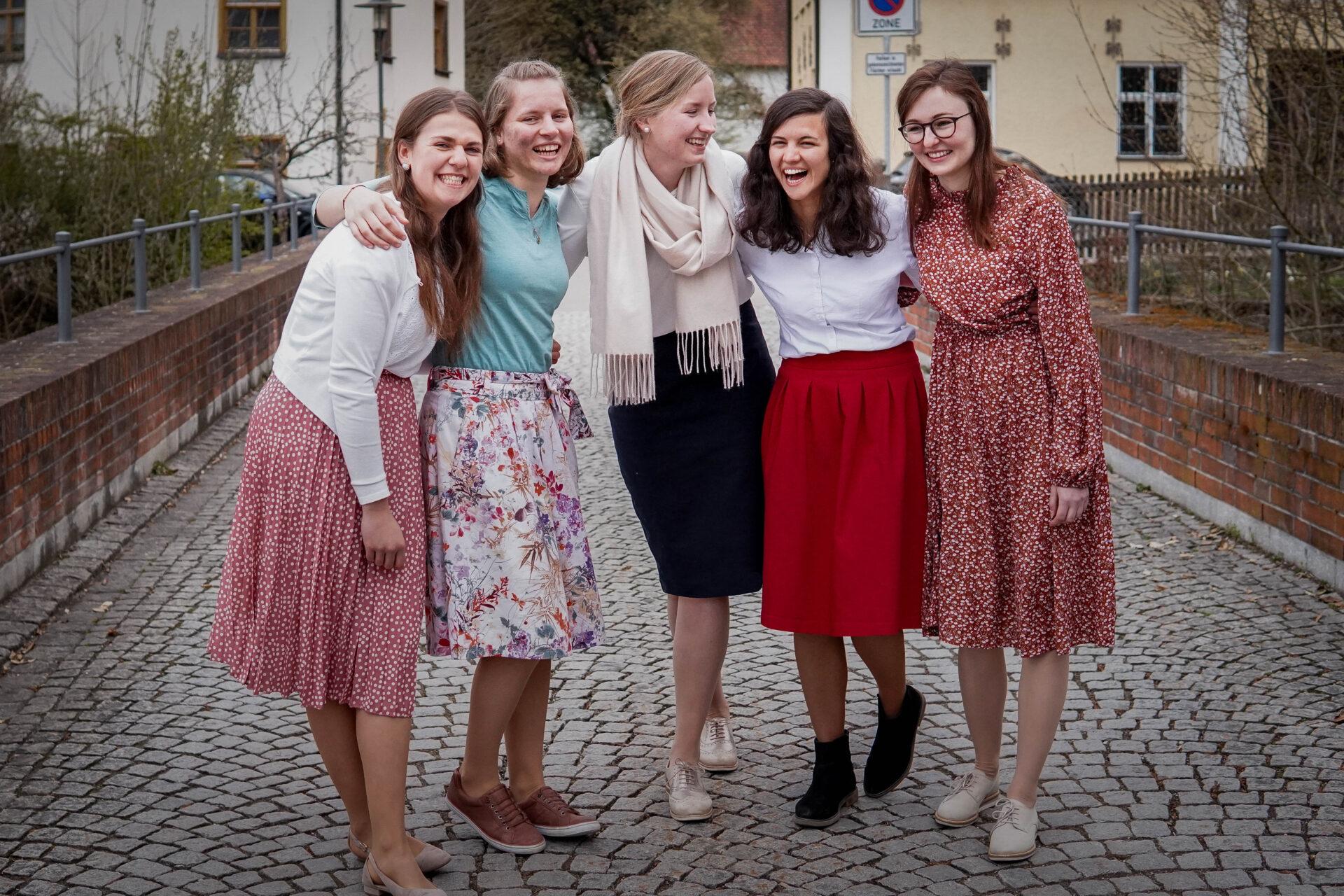 Eine Gruppe junger Mädchen lacht