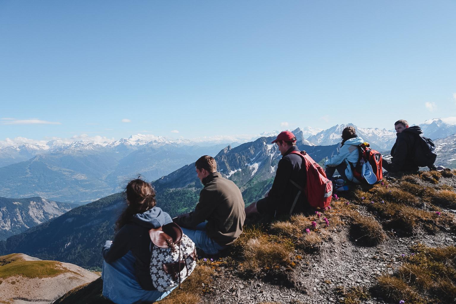 Gruppen der KJB: KJB Mitglieder genießen die schöne Aussicht in die Berge