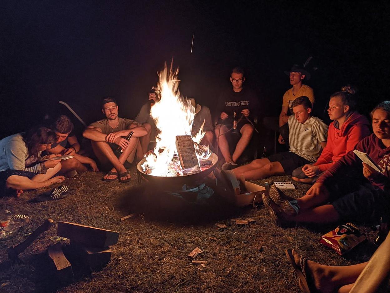 Gruppen der KJB: KJB Wanderlagergruppe am Lagerfeuer