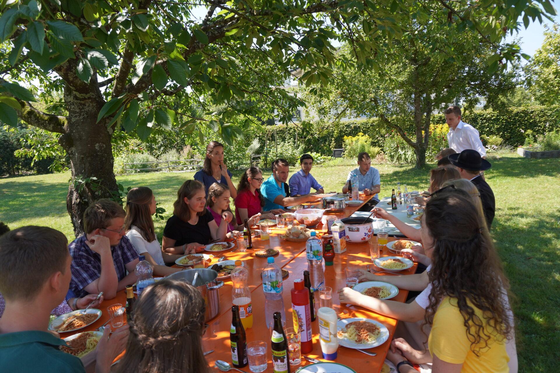 Gruppen der KJB: KJB Gruppe essen gemütlich zusammen