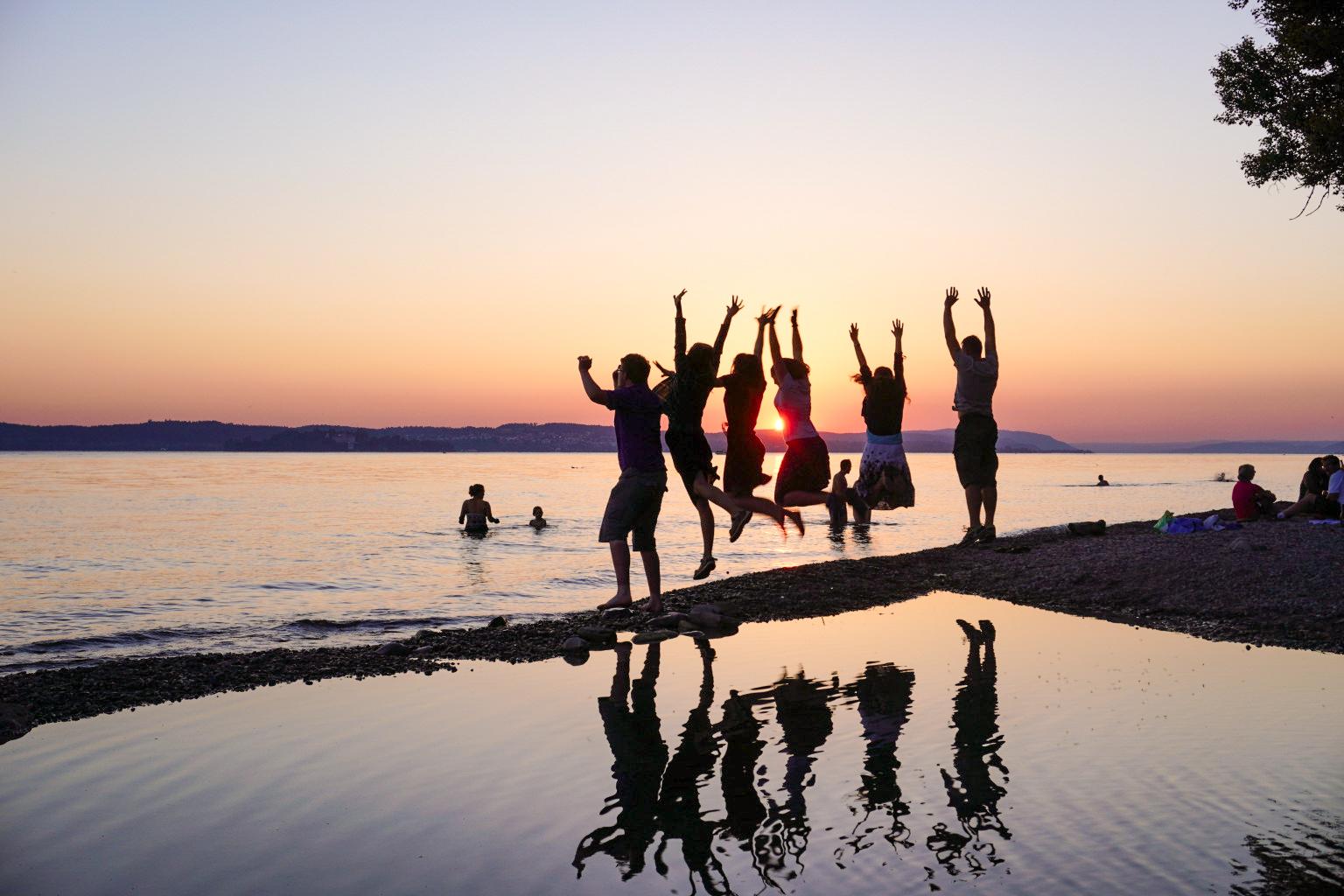 KJB Mitglieder freuen sich am See