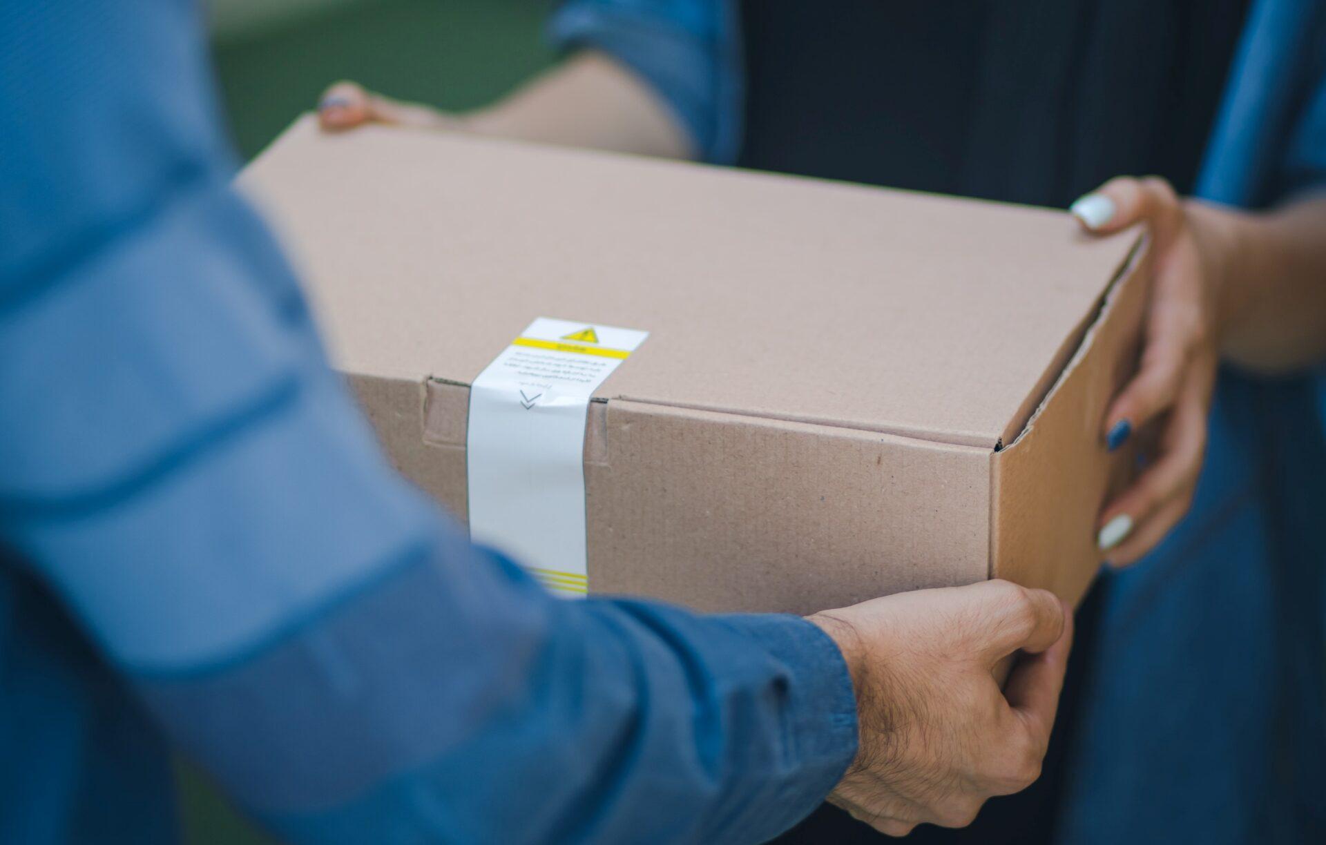 KJB Deutschland Shop: Paket wird übergeben