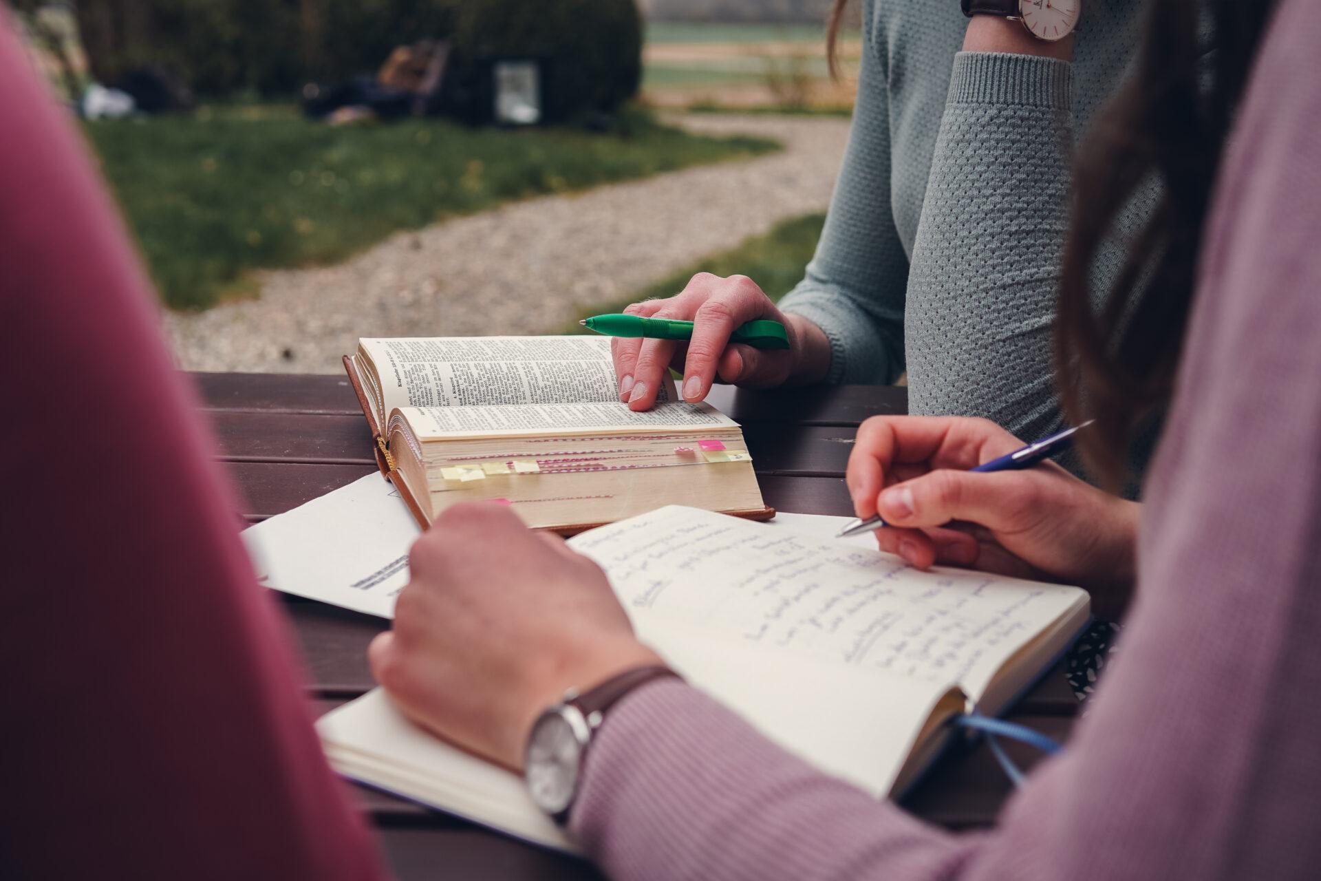 Jugendliche studieren die Bibel