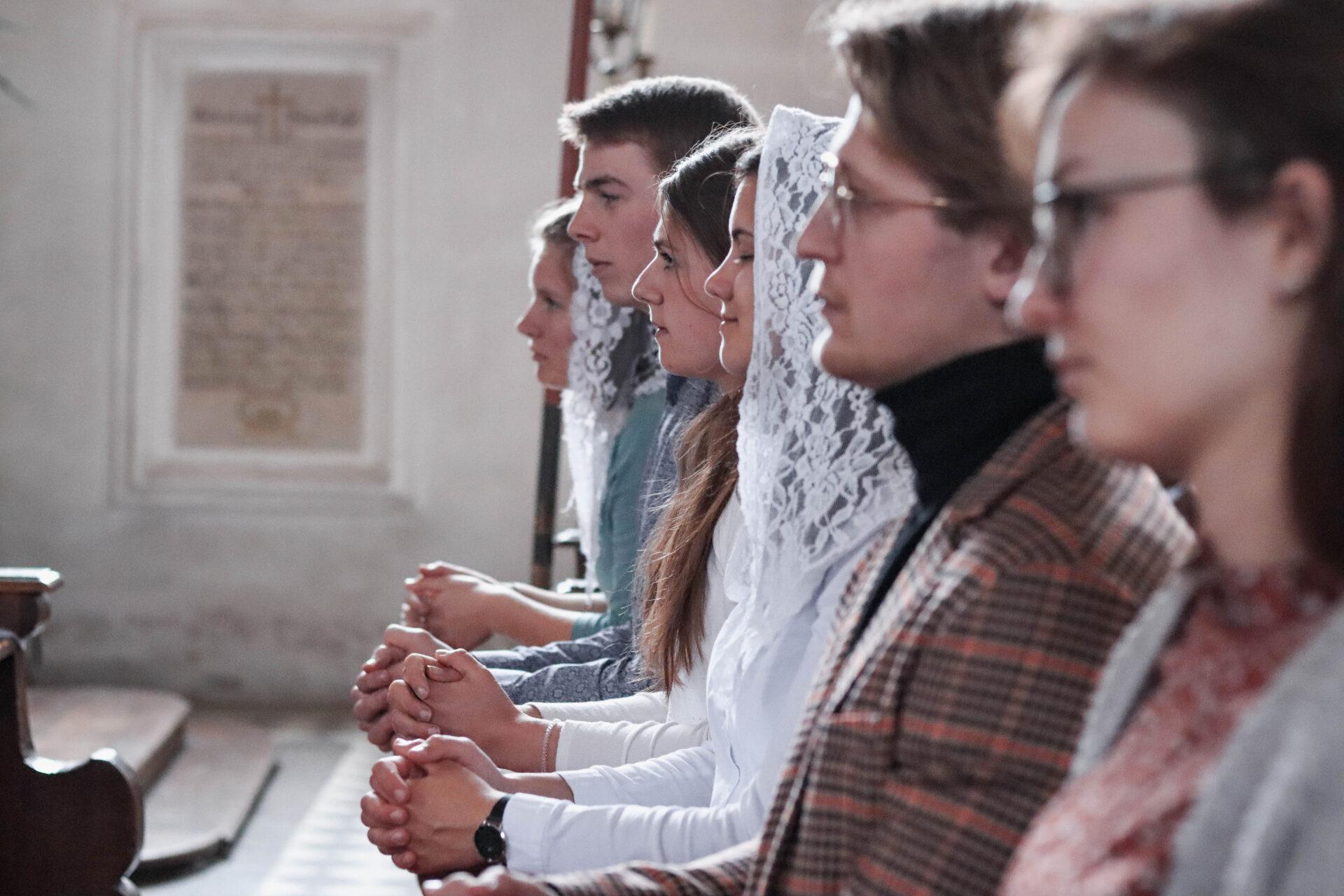 Betende Jugendliche in der Kirche
