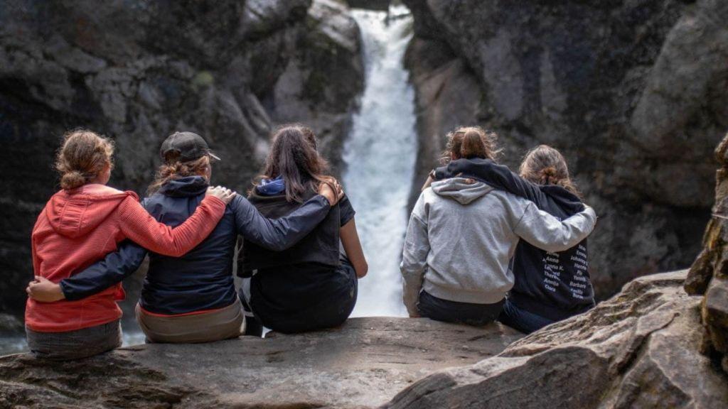 Mädels vor Wasserfall