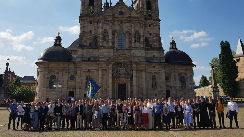 Jugendliche vor Kirche