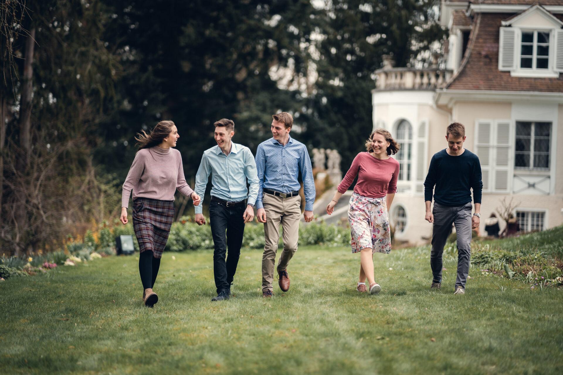 Ein Gruppe Jugendlicher unterhalten sich
